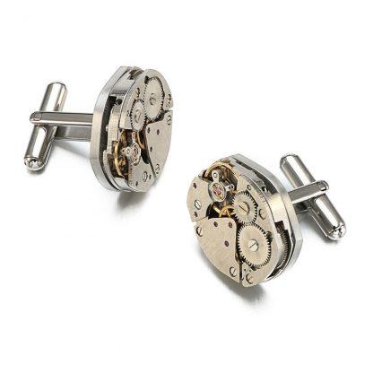 Steampunk Manchettenknöpfe 6 sind silberfarbene Manchettenknöpfe, hergestellt aus 2 kleinen, silberfarbenen, aufziehbaren Uhrwerken. Die Manchettenknöpfe haben einen Durchmesser von 1,7 cm.