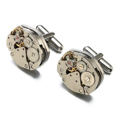 Steampunk Manchettenknöpfe 16 sind silberfarbene Manchettenknöpfe, hergestellt aus 2 kleinen, silberfarbenen, aufziehbaren Uhrwerken. Die Manchettenknöpfe haben einen Durchmesser von 1,7 cm.