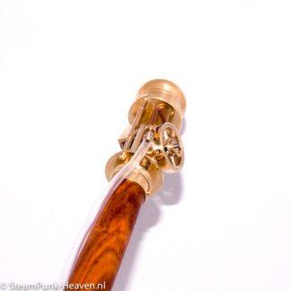 Der Spazierstock für Ingenieure!Der Steampunk Spazierstock mit Schwungrad Mechanik ist aus Holz und Messing gefertigt. An dem Stock ist ein Schwungrad befestigt, was an sich schon hübsch ist.